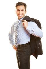 Geschäftsmann trägt Jackett über der Schulter