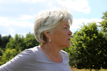 ältere Frau, Wald, Blick, Himmel, Sehnsucht, Beauty, Seniorin