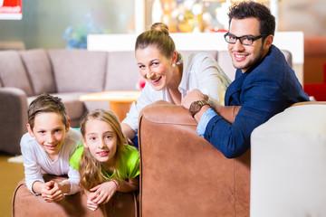 Familie kauft Couch in Möbel Geschäft
