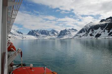 per Schiff im Magdalenenfjord