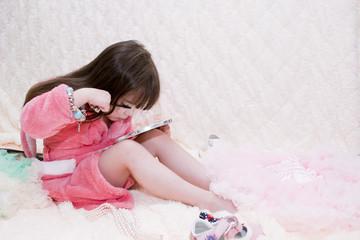 Девочка красит ресницы