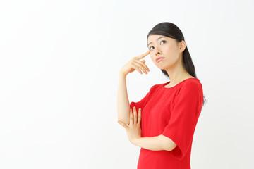 悩む若い女性