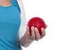 Frau hält Noppenball in der Hand