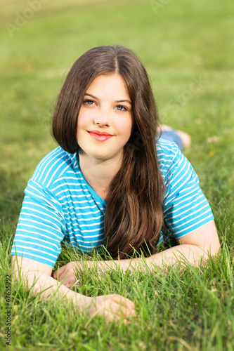 canvas print picture Teenager im Gras