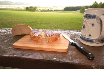 Brotzeit im Freien Salami