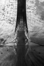 Czarno-białe zdjęcie z mostu do nieba