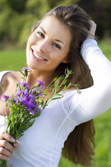 Junge Frau mit wiesenblumen