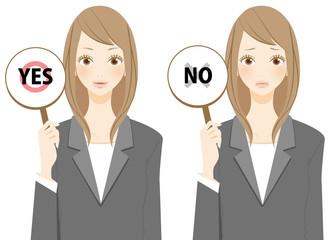 YESとNOを表示するビジネスウーマン