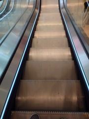 Fahrt mit der Rolltreppe nach unten