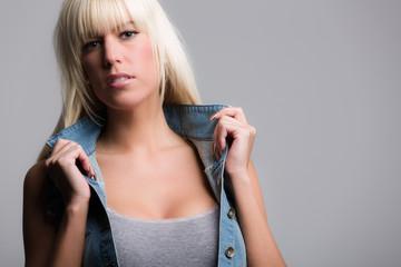 Blondes sexy Mädchen im Fotostudio