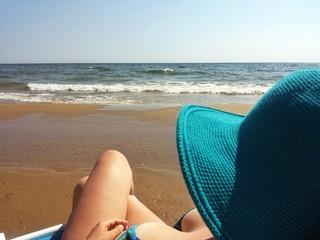 Ragazza che guarda il mare