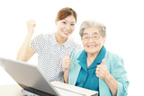 パソコンを学ぶ高齢者