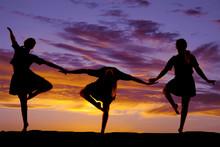 Vrouw dansen in de zonsondergang drie poses