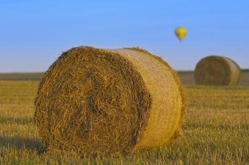 Rundballen und Heißluftballon
