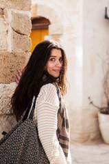 giovane donna passeggia in paese