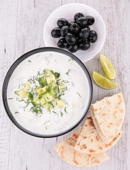 yoghurt sauce with pita bread