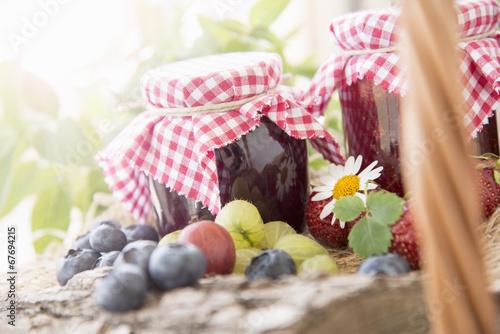 Picknickkorb mit Beeren und Marmeladen