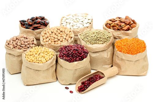 Fotobehang Aromatische composizione soia lenticchie e fagioli sfondo bianco