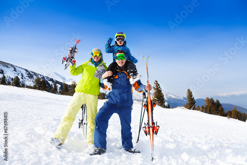 Aluminium Extreme Sporten Mom, dad with child on his shoulders in ski masks
