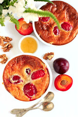 Tarts with plums, honey and walnuts