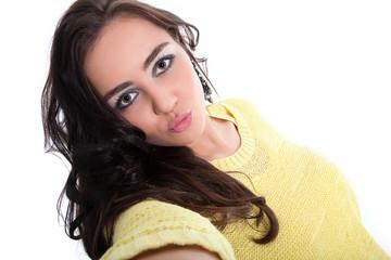 Junge hübsche Frau macht Selfie von sich mit Kuss