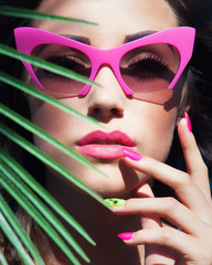 Summer face close up of beautiful woman with sunglasses