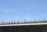 Schriftzug Hauptbahnhof mit blauem Himmel