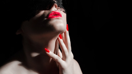 donna bendata con mani sul volto