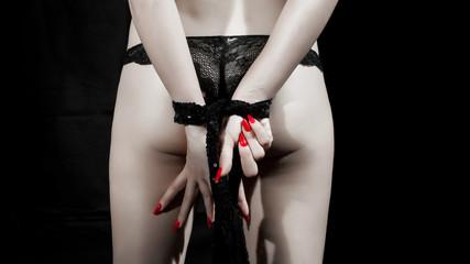 ragazza con mani legate e unghie rosse