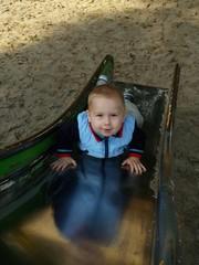 Iunge auf dem Spielplatz