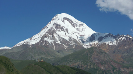 Gipfel des Kazbek mit Kloster Zminda Sameba, Kaukasus, Georgien