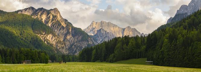 Alpy w zachodzącym słońcu