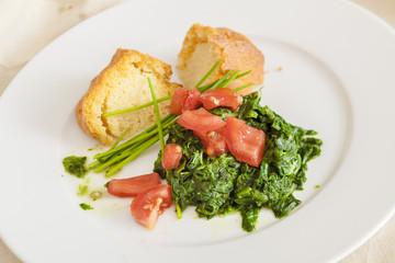 veganes Gericht Polenta mit Blattspinat