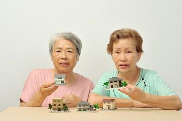 家のことを楽しく相談しているシニアの女性二人組