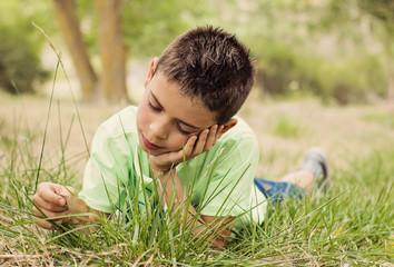 Niño disfrutando la naturaleza en un parque