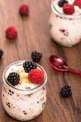 Himbeeren und Brommbeeren mit Joghurt