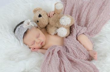 Schlafendes Baby mit Teddy