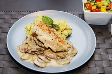 Chicken breast with smashed potatoes and vegetable salade