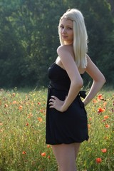 Blondine in der Natur