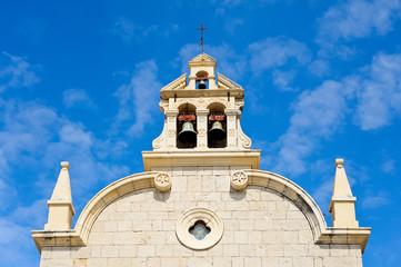 Schöne Kirchenfassade mit Glockenturm