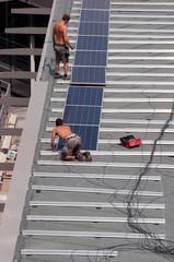 Pose de panneaux photovoltaïques sur chantier