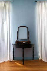 Tisch und Spiegel altmodisch Antiquität Zimmer Möbel alt