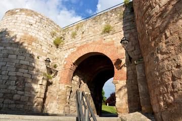 arco de la puerta de juderia de la muralla de burgos
