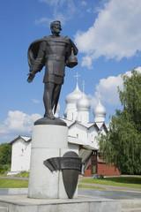 Памятник Александру Невскому на фоне церкви Бориса и Глеба