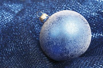 Blue christmas baubleson blauen Decke,close-up