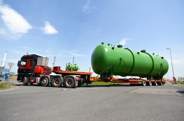 Schwerlasttransporter liefert Kessel in Raffinerie