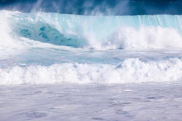 mer forte et déferlante bleue