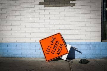 Straßenschild vor Häuserwand