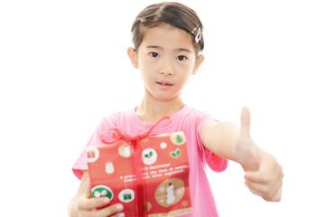 プレゼントを持った笑顔の子供