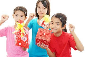 プレゼントを持った笑顔の少女たち